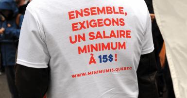 """T-shirt qui lit """"Ensemble exigeons un salaire minimum à 15 $"""""""