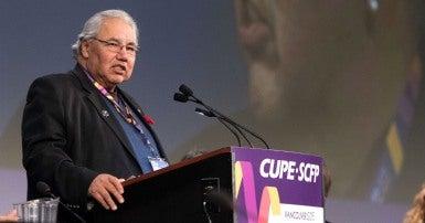 Le premier ministre Trudeau a promis de mettre pleinement en œuvre les appels à l'action de la Commission de vérité et de réconciliation, en commençant par la mise en œuvre de la Déclaration des Nations Unies sur les droits des peuples autochtones.