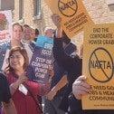Des manifestants devant le consulat mexicain ont demandé au gouver- nement du président Enrique Peña Nieto de donner suite aux demandes des travailleurs mexicains en vue de la renégociation de l'ALÉNA.